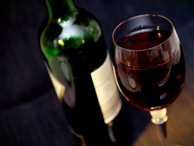 Copa y botella de vino