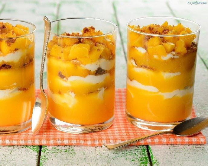 Copas de mango y merengue