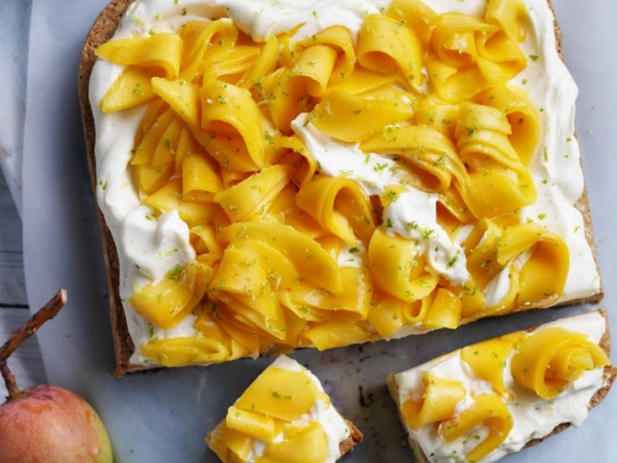 Pastel de tres leches y mousse de mango