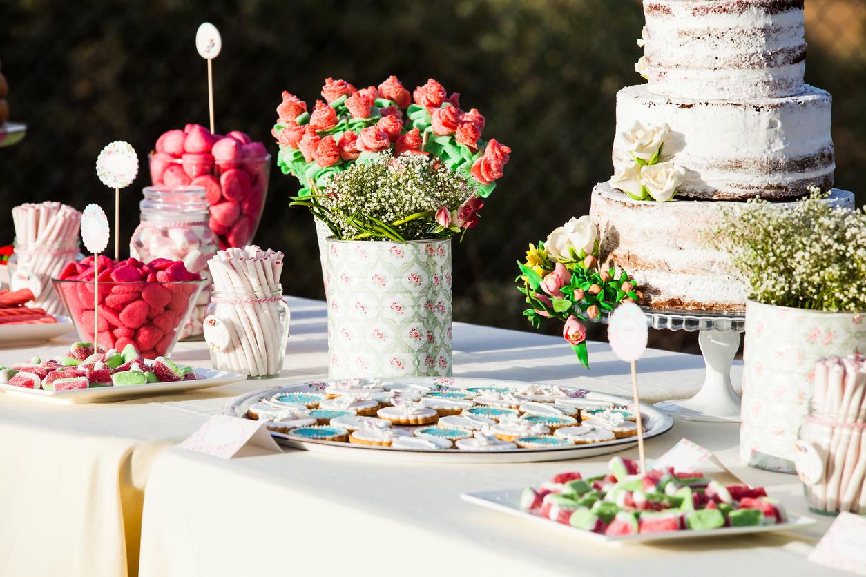 Mesa de postres boda cocinadelirante for Backdrop para mesa de dulces