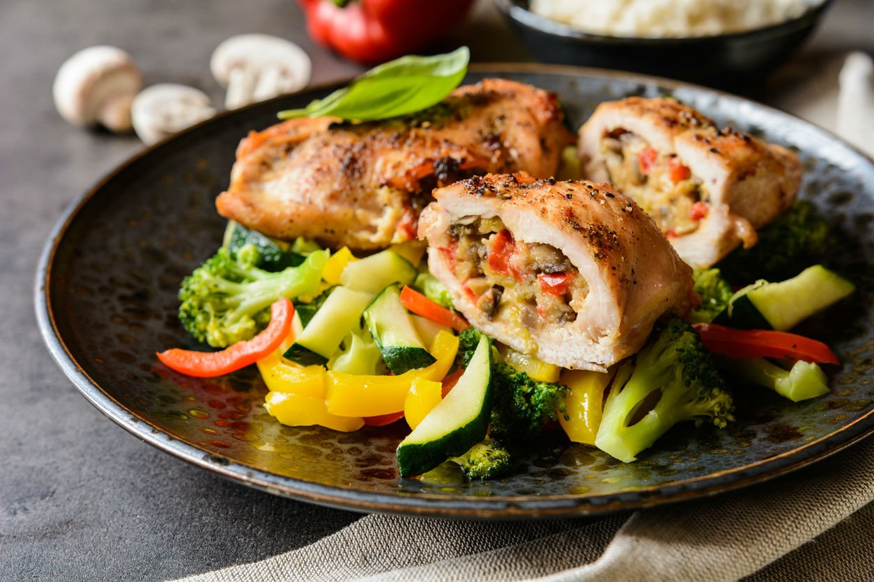 Receta facil de rollitos de pollo con verduras en salsa