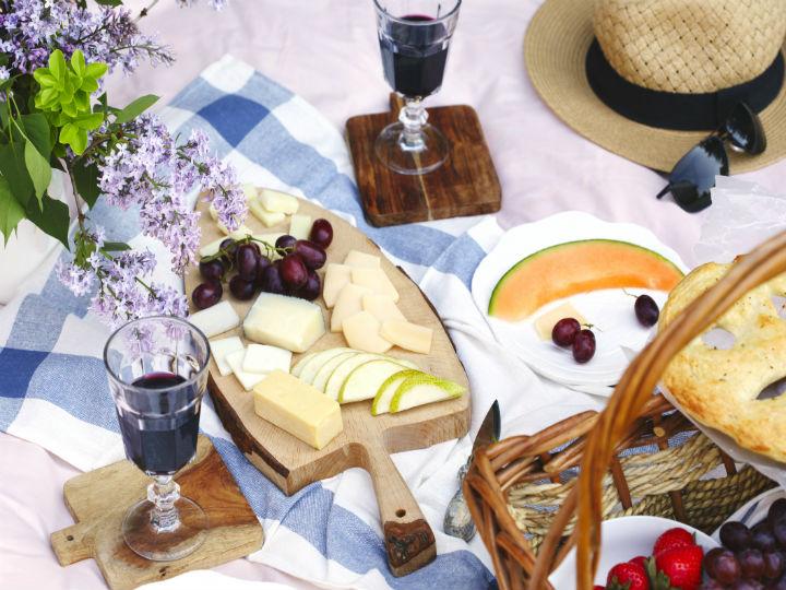 10 ideas de comida para un picnic rom ntico en casa - Preparar algo romantico en casa ...