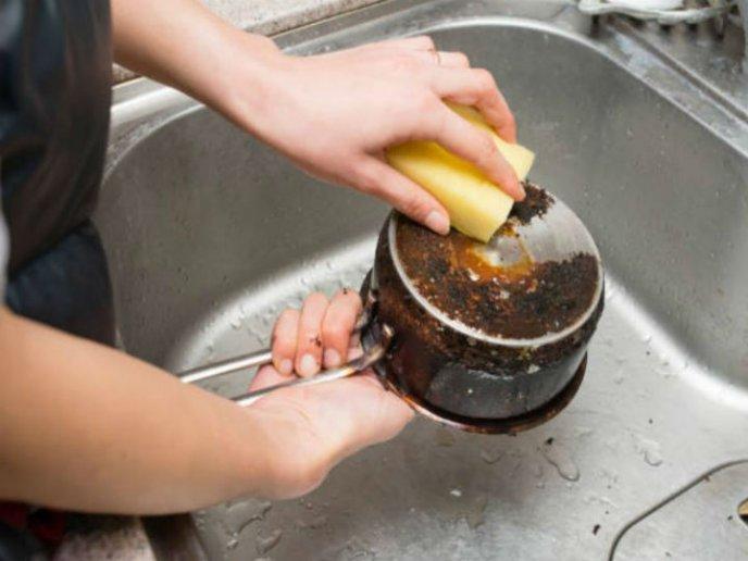 como limpiar ollas con comida pegada