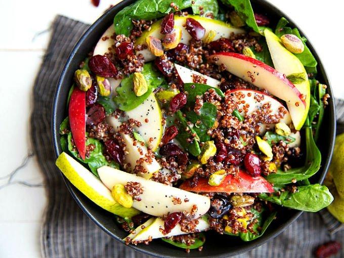 Ensalada de pera, quinoa y espinacas
