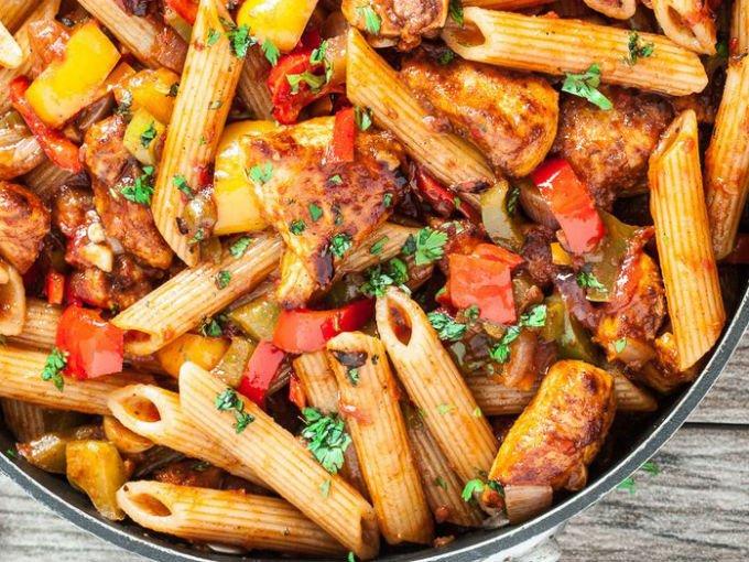 8 recetas con pollo y pasta que comprueban que no hay for Que cocinar con pollo