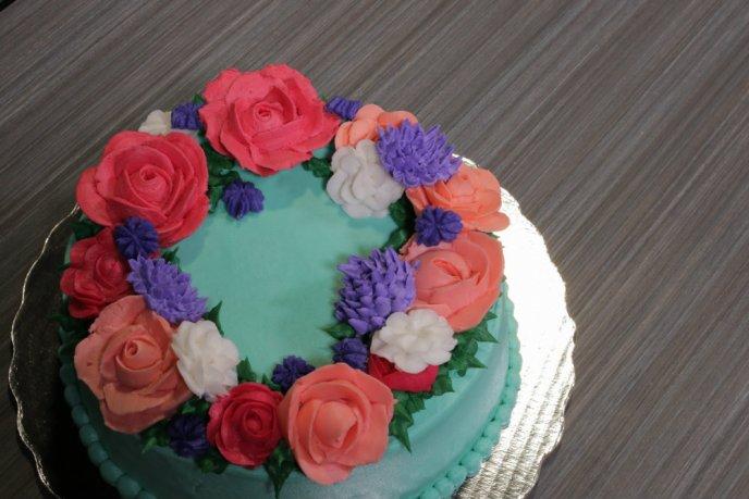 Pastel Decorado Con Flores De Betún