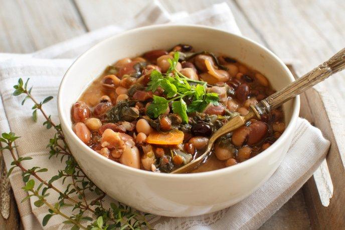 Sopa de frijol con nopales saludable