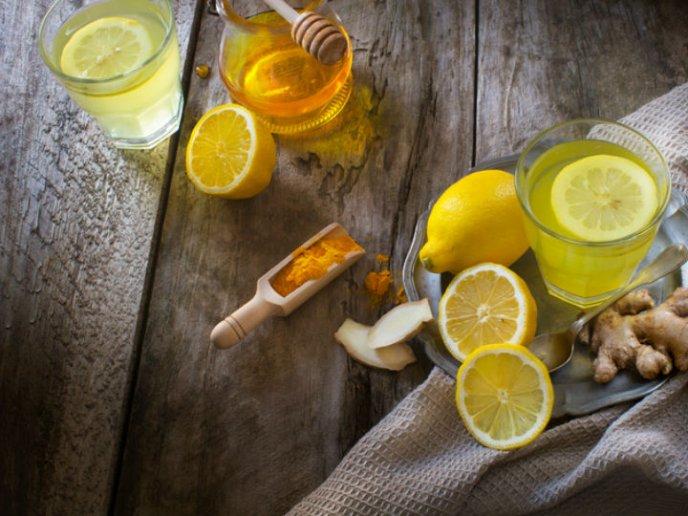Agua de cúrcuma con limón para eliminar líquidos y bajar de peso