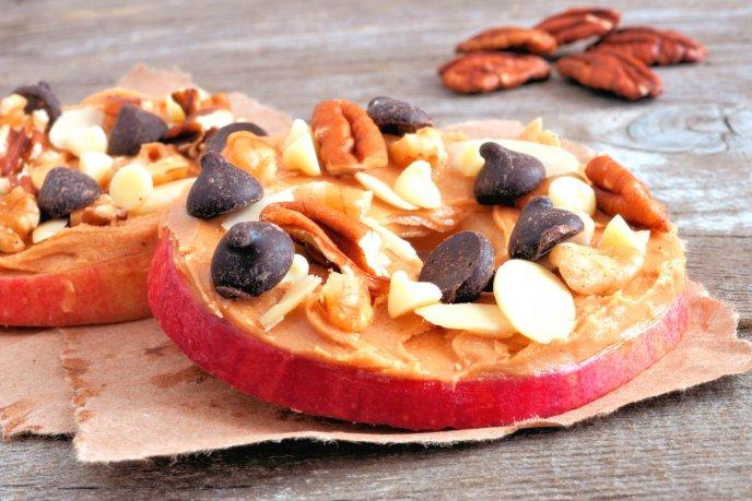 Saludable snack de manzana con mantequilla de almendra y chocolate