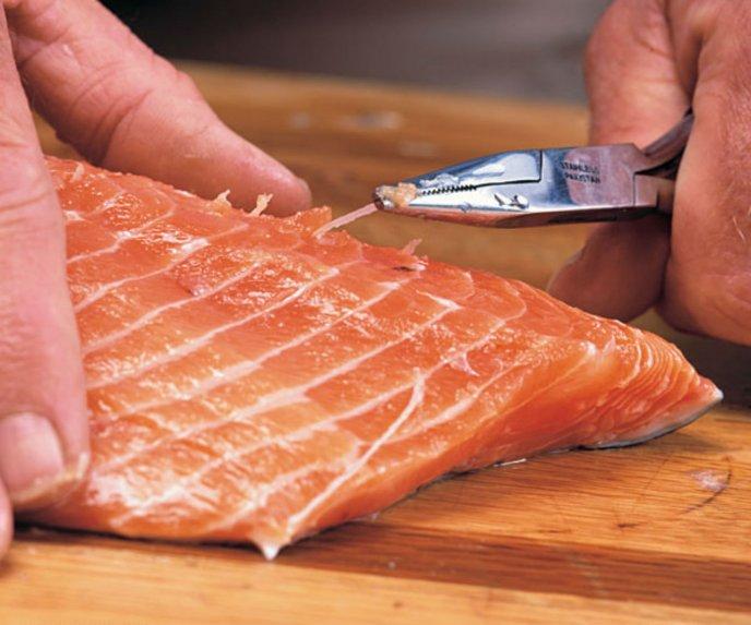 Sacar espina de pescado de la garganta