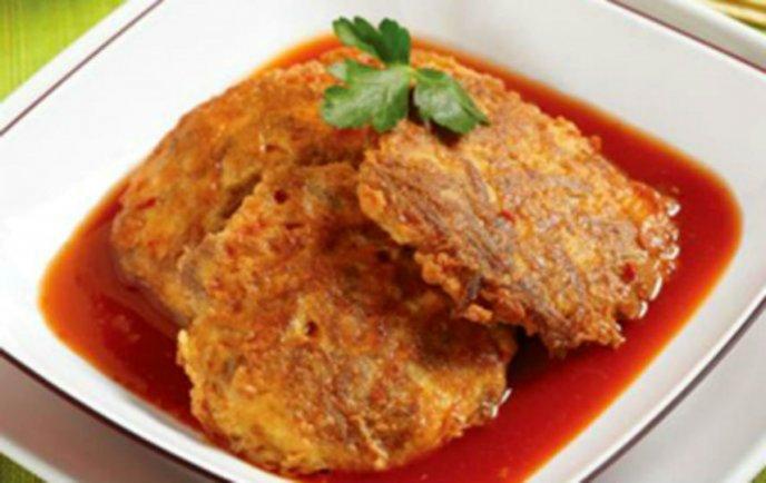 Prueba estas delirantes tortitas de coliflor con queso en salsa roja
