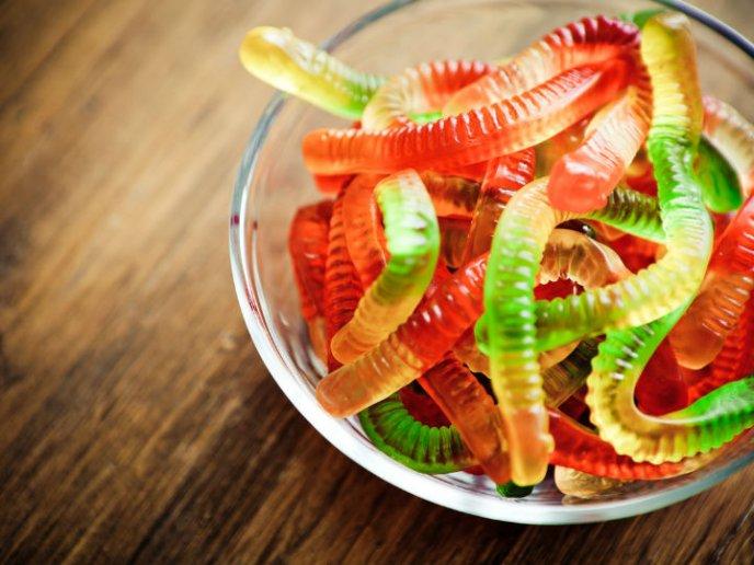 gusanos-de-gomita-mesa-de-dulces