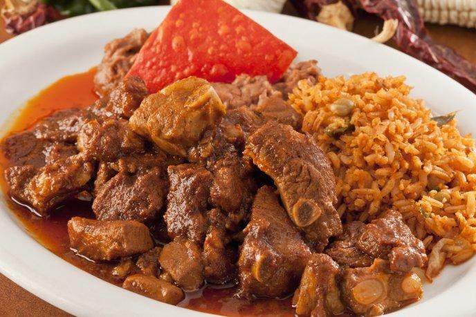 Deliciosas Costillas De Cerdo En Salsa De Cacahuate Con Chiles Secos
