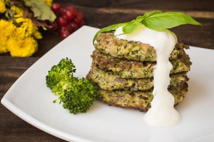Prepara las mejores tortitas de brócoli bañadas en salsa de queso, ¡deliciosas!