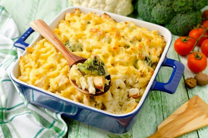 Cremosos coditos con brócoli, tocino y queso mozzarella, ¡rápidos y deliciosos!