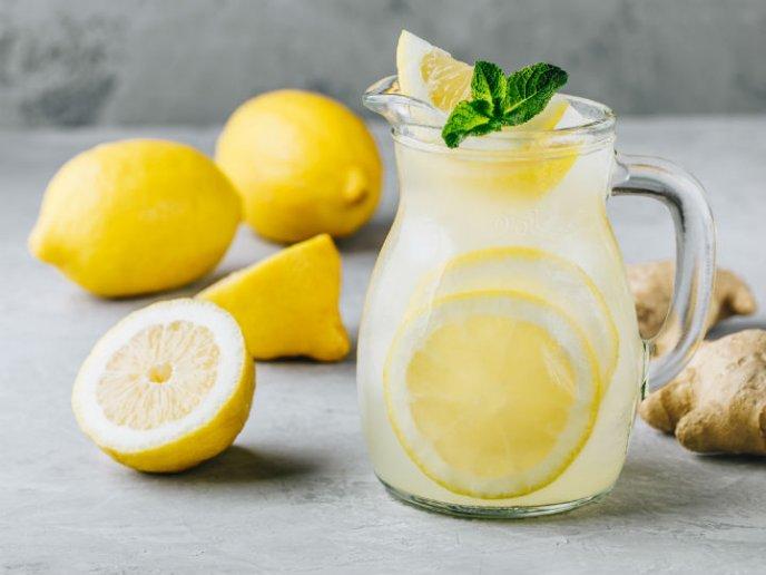 Tomar agua con limon en ayunas beneficios