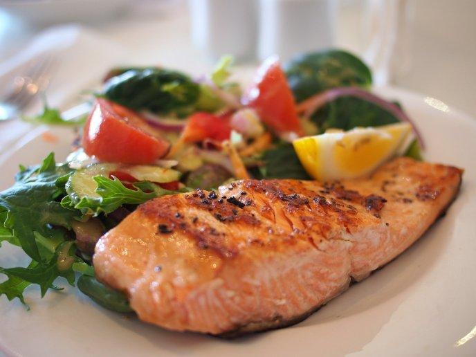 Ensalada de salmón y mango con antioxidantes naturales, ¡súper saludable!