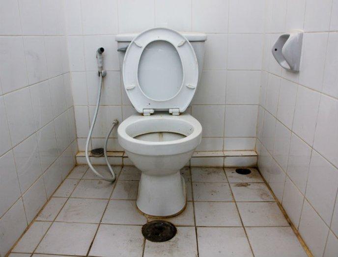 como limpiar el sarro de las paredes del baño