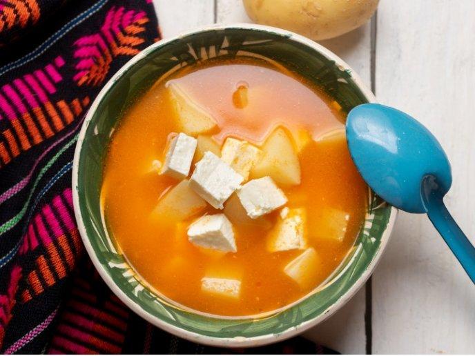Caldo cremoso de queso panela y papa, ¡para comer o cenar!