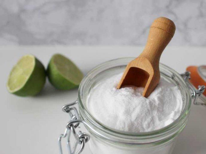 mezclar zumo de limon y bicarbonato