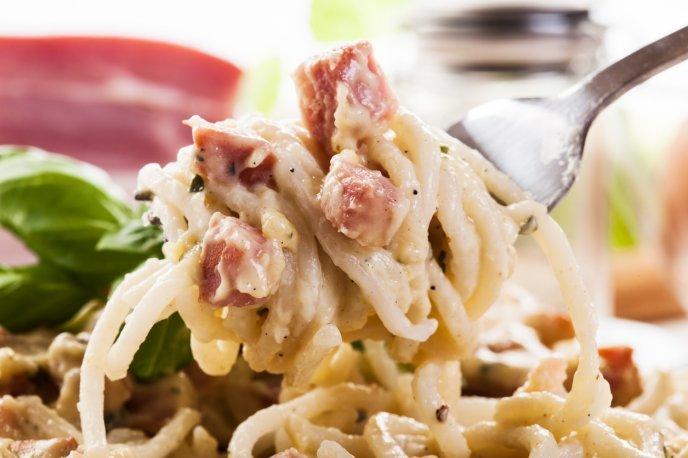 Cremoso Espagueti Con Atún De Lata Aceitunas Y Queso Parmesano