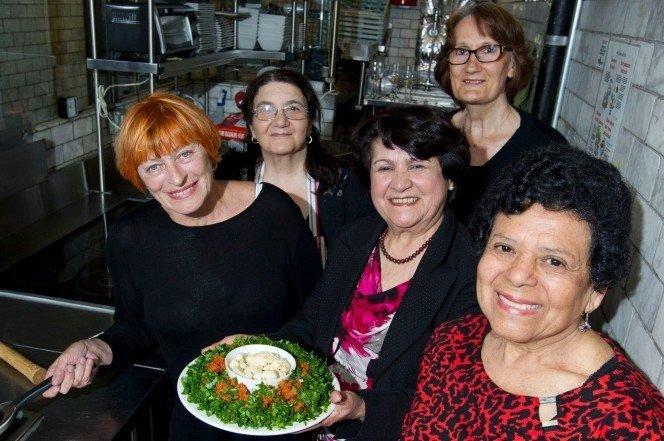 restaurante que solo contrata viejitas