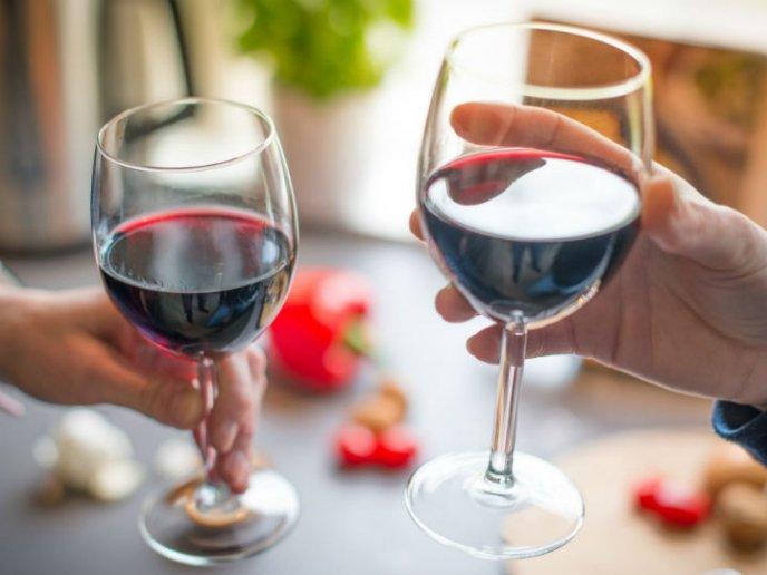 el vino tinto ayuda a bajar de peso